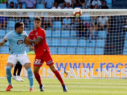 Maxi Gómez, del Celta, pugna por la pelota con Hermoso, defensa del Espanyol.