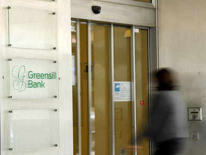 Una mujer entra en una oficina de Greensill en Bremen (Alemania), el 10 de marzo de 2021.