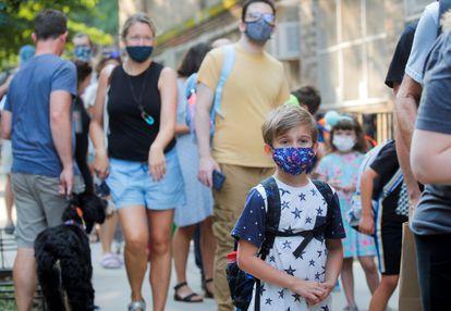 Niños con mascarilla, en el primer día de clase en las escuelas públicas de Nueva York, el 13 de septiembre.