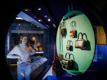 """Aspecto de la exposición 'Bags: Inside Out"""" en el Victoria and Albert Museum"""