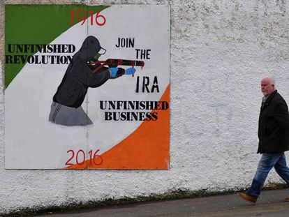 Un hombre en Londonderry (Irlanda del Norte) junto a un mural que exalta al Nuevo IRA.