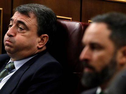 El diputado del PNV, Aitor Esteban, y el líder de Vox, Santiago Abascal, este domingo durante la segunda jornada del debate de investidura de Pedro Sánchez.