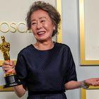 Yuh-Jung Youn, la sensación de la noche en las redes, posa con su Oscar por mejor actriz de reparto por 'Minari'.