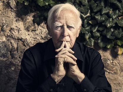 El escritor británico John Le Carré (David John Moore Cornwell; Pool, 1931), Posa para una entrvista con El País en Deià, Mallorca en agosto de 2019.