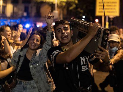Botellón en el barrio de Sarrià de Barcelona el pasado 3 de octubre.