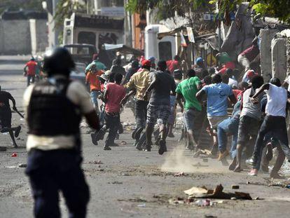 Un policía se enfrenta a los manifestantes este miércoles en Puerto Príncipe (Haití).