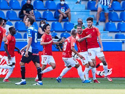 Los jugadores del Mallorca celebran el gol de Fer Niño ante el Alavés este sábado en Mendizorroza.