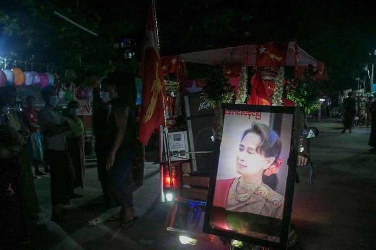 Partidarios de la Liga Nacional para la Democracia festejan la victoria de Aung San Suu Kyi en la ciudad de Rangún.