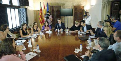 El presidente Ximo Puig, la vicepresidenta Mónica Oltra y la consejera María José Salvador, con la AVM3J y la comisión asesora de la ley.