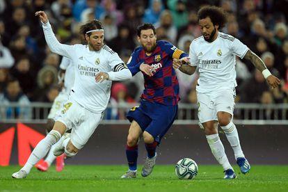 Messi protege el balón ante Ramos y Marcelo durante el partido entre Barcelona y Madrid en marzo.