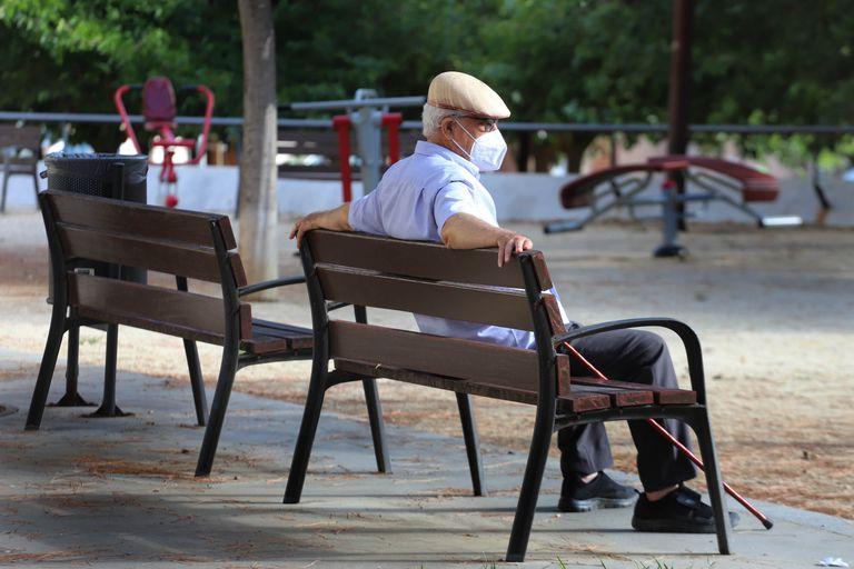 Un jubilado, sentado este domingo en un parque de Terrassa.
