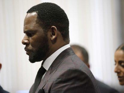 Foto de junio de 2019 de R. Kelly, tras comparecer en un tribunal de Chicago.