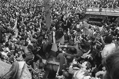 Funeral de Jean-Paul Sartre el 19 de abril de 1980, en el cementerio de Montparnasse, en París.