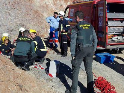 Guardia civil y bomberos, durante las labores de rescate en el lugar del suceso.