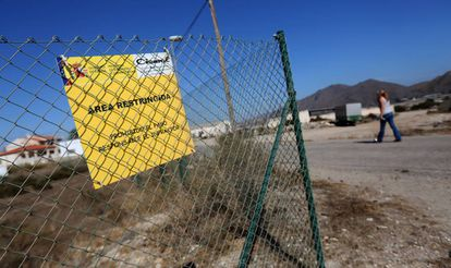 Una de las parcelas contaminadas de Palomares que permanecen valladas.