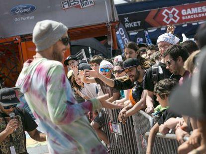 Unos de los deportistas atiende al público de X Games.