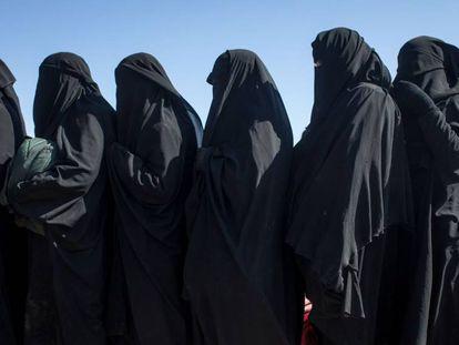 Un grupo de civiles huye de Baguz, el 12 de febrero de 2019.