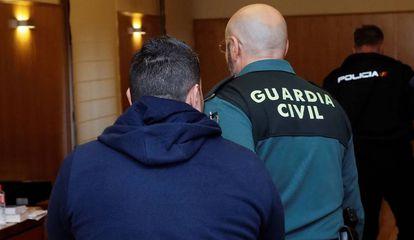 Un guardia civil escolta al acusado en la Audiencia Provincial vallisoletana.