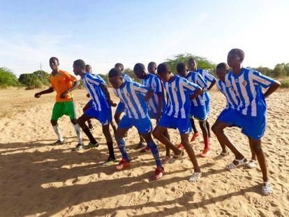 La Ponferradina de Thiès (Senegal), formada por ex niños de la calle, entrena junto al centro de acogida.