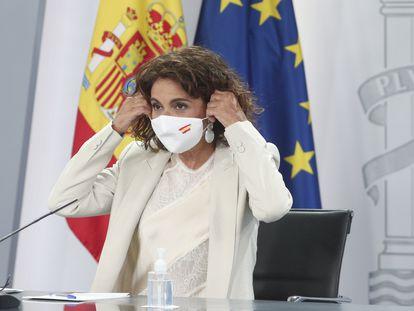 La ministra portavoz y de Hacienda, María Jesús Montero, se retira la mascarilla antes de ofrecer una rueda de prensa a principios de septiembre.