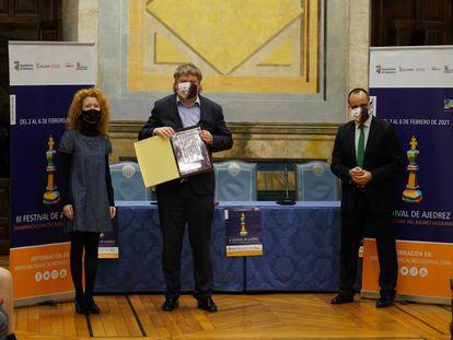 Shírov, con el trofeo, junto a: Ana Suárez, teniente de alcalde;   Vicente Rodríguez, director de Deportes de la Universidad; y  Fernando Castaño, concejal de Cultura y Turismo