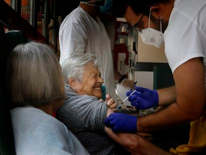 Una usuaria de una residencia de Terrassa recibe la tercera dosis contra la covid.
