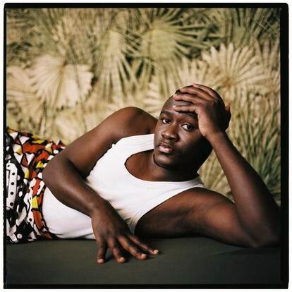 """Daniel (Uganda, 28 años). """"Algunas tradiciones africanas dicen que la homosexualidad es una maldición que viene de un demonio y que se lava con sangre. Aprendí ya de pequeño que ser bisexual en Uganda era vivir en la clandestinidad. Tu familia, tu comunidad, tu gobierno te iban a rechazar. Tampoco podías confiar tus secretos a gente cercana: de joven fui a una fiesta y llamaron a la policía. Un poco mayor, entré en política. Empezaron los avisos, algunos incluso desde mi familia, de que me iba a pasar algo. Efectivamente, me atacaron. Para limpiarme la sangre. Hui a Nairobi, pero las comunidades están muy bien conectadas. Era cuestión de tiempo que me encontraran. Había leído que en Europa había derechos para homosexuales. Es muy difícil ser homosexual en Uganda""""."""