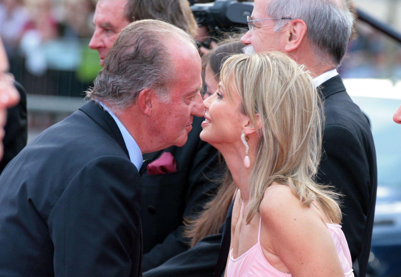 Juan Carlos I saluda a Corinna Larsen en los premios Laureus celebrados en Barcelona en 2006.