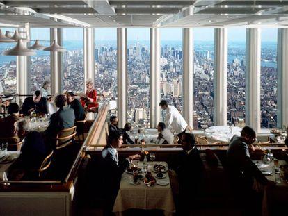 La panorámica del Windows on the World estaba bastante limitada por el propio diseño de la torre, algo que al parecer fue objeto de agria discusión durante meses entre el director del World Trade Center, Guy Tozzoli, y el arquitecto de las torres, Minoru Yamasaki. |