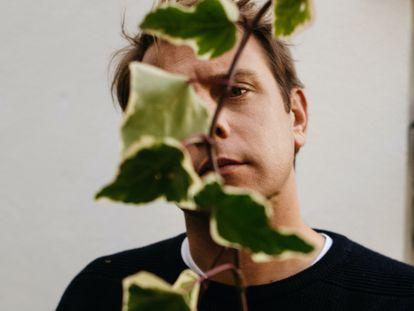Jonathan Anderson, el director creativo de Loewe, ha creado la nueva colección Loewe Home Scents, una gama olfativa de 11 esencias inspiradas, entre otras plantas, flores y frutos.