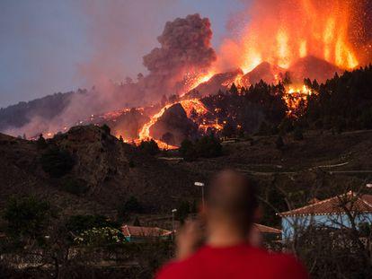 Erupción volcánica en El Paso (La Palma), este domingo.