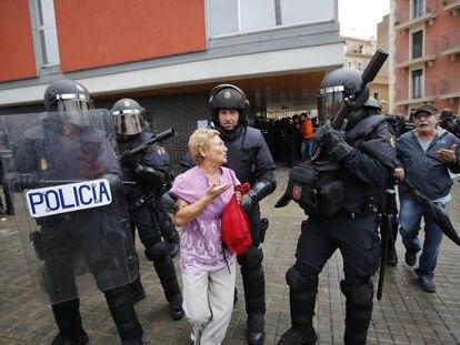 Carga policial en la escola Mediterranea de la Barceloneta el 1 de octubre de 2017  Foto: carles Ribas