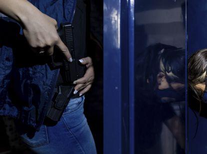 Yamila. miembro de la Unidad Federal de Investigaciones sobre trata de personas, Buenos Aires, Argentina, en el vestuario de comisaría. Pincha en la imagen para ver la fotogalería completa.