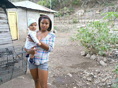 Lourdes (16 años) y su primer bebé.
