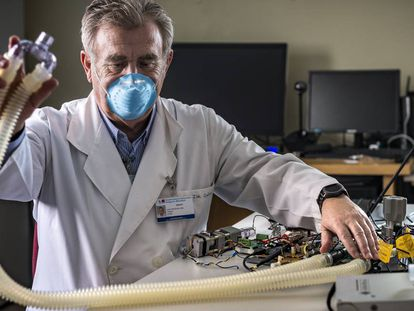 El doctor Del Cañizo con su prototipo de respirador.