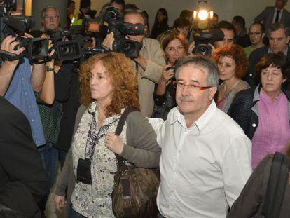 Jordi Ausàs a su llegada al juicio junto a su mujer.