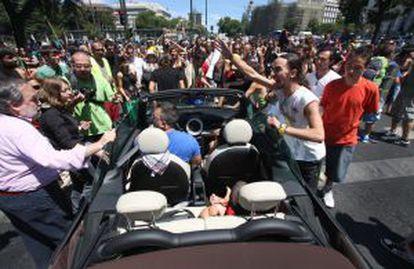 Varios manifestantes cortan el tráfico durante la marcha en Madrid.