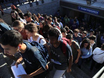 Alrededor de 300.000 alumnos se examinan, a partir de este martes, de la prueba de acceso a la Universidad. En la imagen, estudiantes llegando a la Universidad Complutense de Madrid.