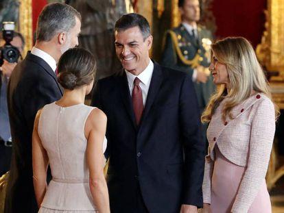 FOTO: Los Reyes, junto al presidente del Gobierno y su mujer en el Palacio Real. VÍDEO: La confusión de protocolo de Sánchez y Begoña Gómez.