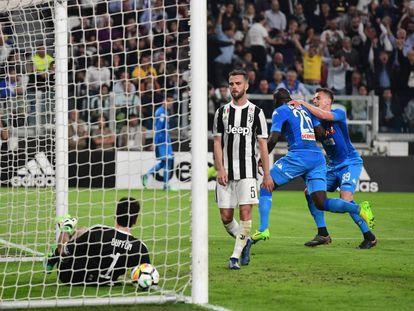 Koulibaly marca de cabeza el único gol del Nápoles a la Juventus.