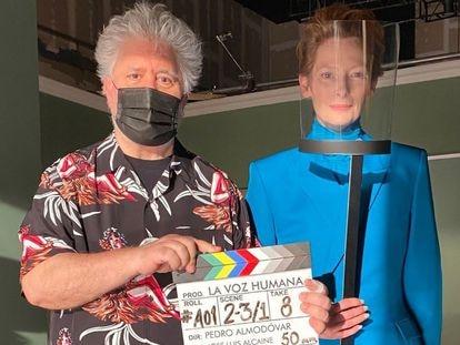 Pedro Almodóvar con Tilda Swinton en el inicio del rodaje de 'La voz humana'.