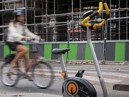 Una mujer se moviliza en una bicicleta. AFP