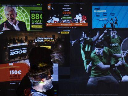 Una persona mira una pantalla con varias web de apuestas online.