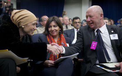Mirahmadi (I) con la alcaldesa de París, Anne Hidalgo, y el belga Hans Bonte