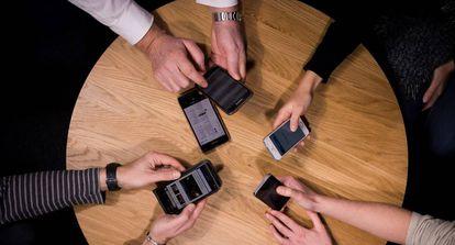 La omnipresencia de los móviles hace que cada día sea más difícil desconectar después del trabajo.