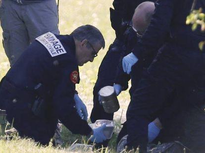 Policía francesa en uno de los depósitos señalados por ETA en Saint-Pee-sur-Nivelle