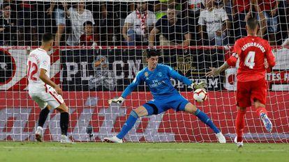 Andre Silva marca ante Courtois en el Sevilla - Real Madrid