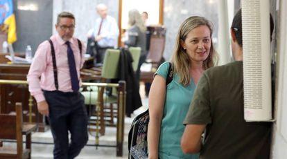 La diputada Victoria Rosell y el juez Salvador Alba (a la izquierda), al término de la segunda jornada del juicio en el Tribunal Superior de Justicia de Canarias, en julio.