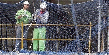 En la imagen, varios trabajadores de la construcción
