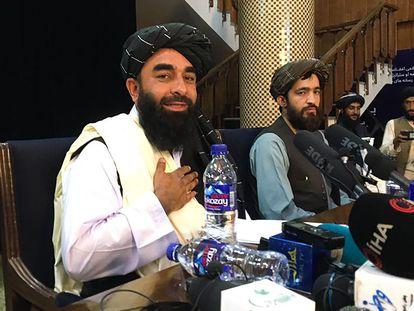 El portavoz talibán Zabihullah Mujahid (izquierda), en la rueda de prensa del martes en Kabul.